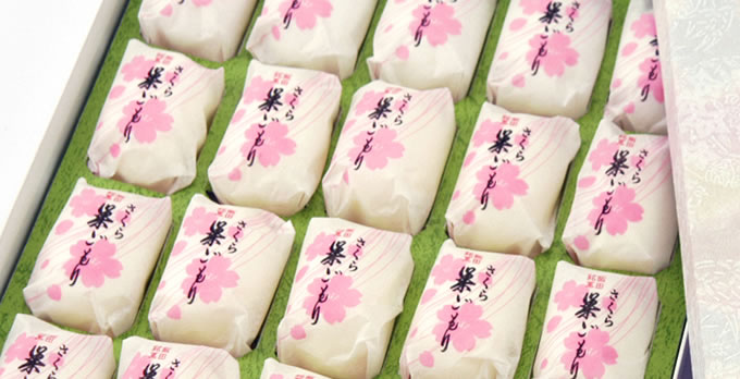 いと忠巣ごもりに塩漬けした桜葉を細かく 砕いて混ぜ込み、ほんのりとした 「さくら」の香り漂う味わいに 仕上げた高級銘菓です。 春を感じさせる 綺麗なさくら色の餡になっています。